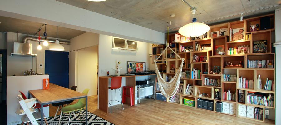 ハンモックと本棚充実の部屋
